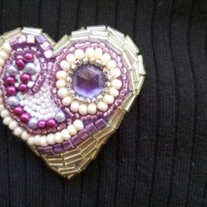 Brož Srdce hojnosti. Vyšívané korálky. 250 Kč