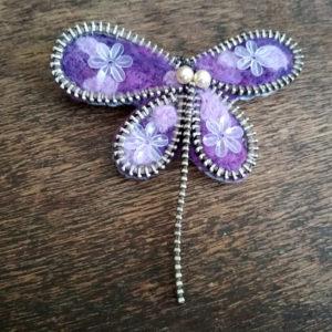 Brož Vážka Violetta. Plstěné rouno, korálky, zip. 250 Kč.